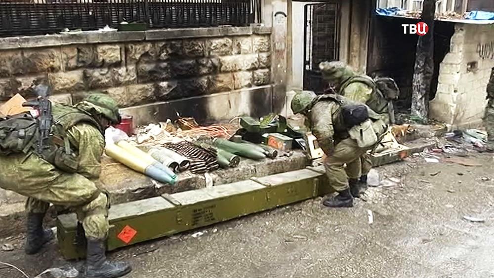Саперы выносят найденные боеприпасы в Алеппо