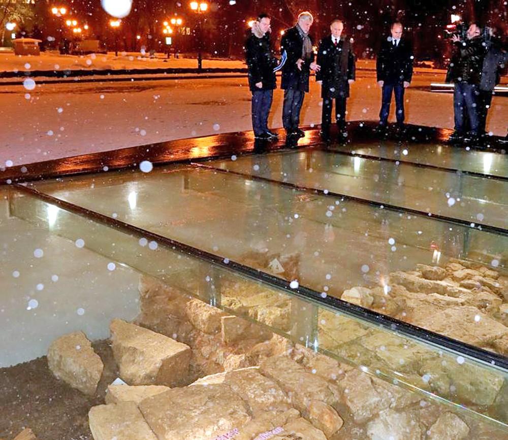 Владимир Путин осмотрел музей археологических раскопок Московского Кремля