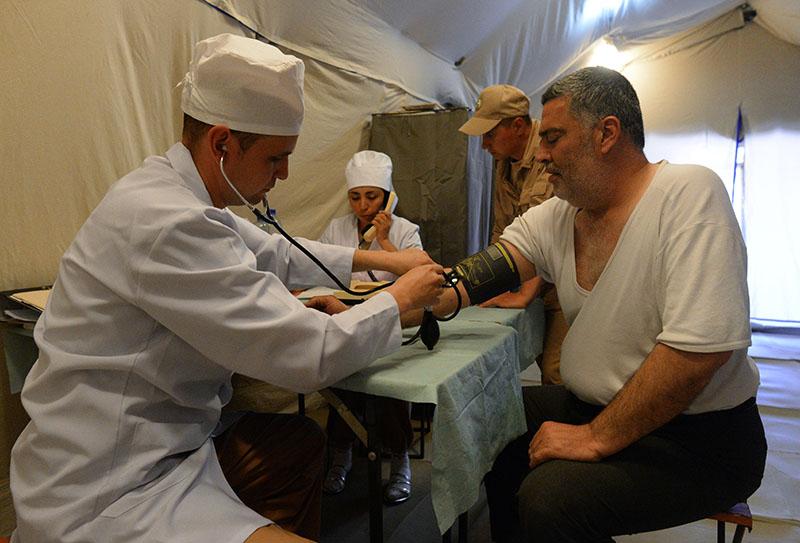 Житель Алеппо на приеме у врача на территории российского госпиталя
