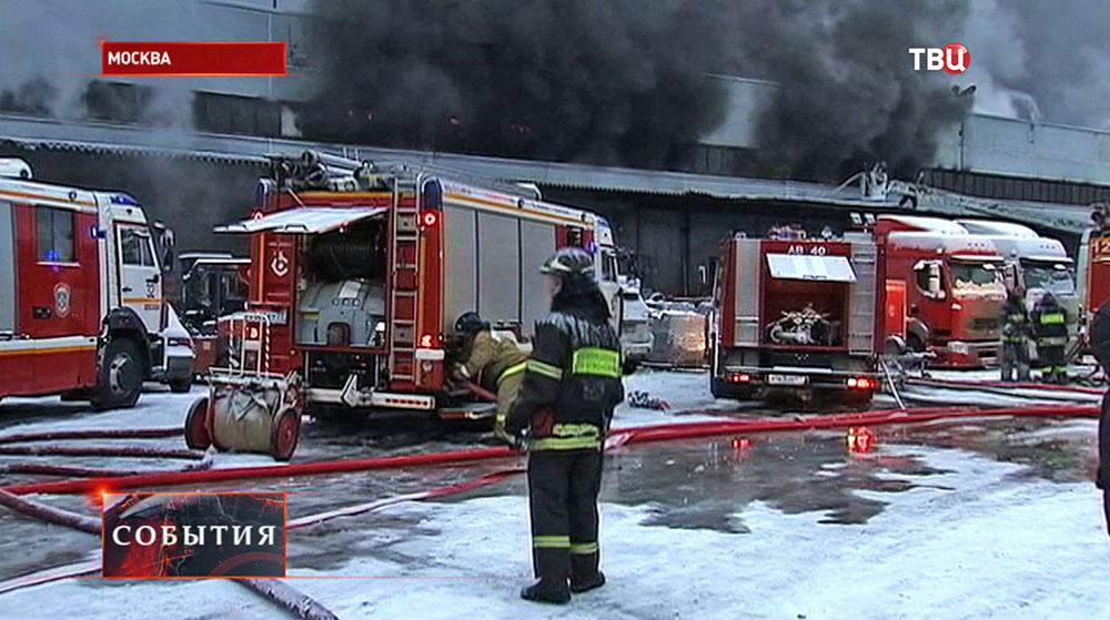Тушение возгорания на складе в Москве