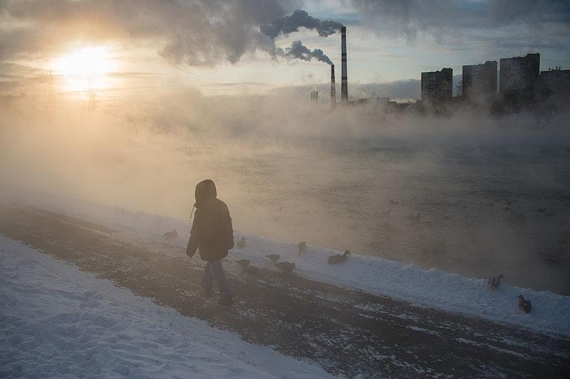 Прохожий на Кожуховском пруду в Москве
