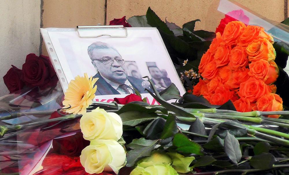 Цветы и свечи у здания МИД РФ в память о погибшем после РФ в Турции Андрее Карлове
