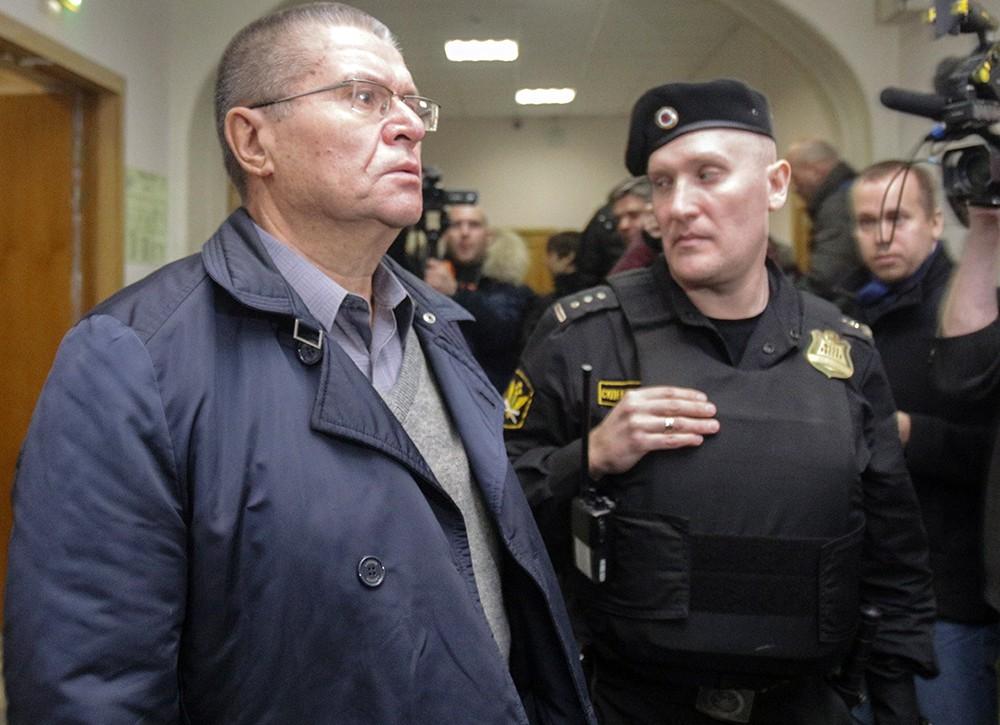 Алексей Улюкаев под конвоем в зале суда