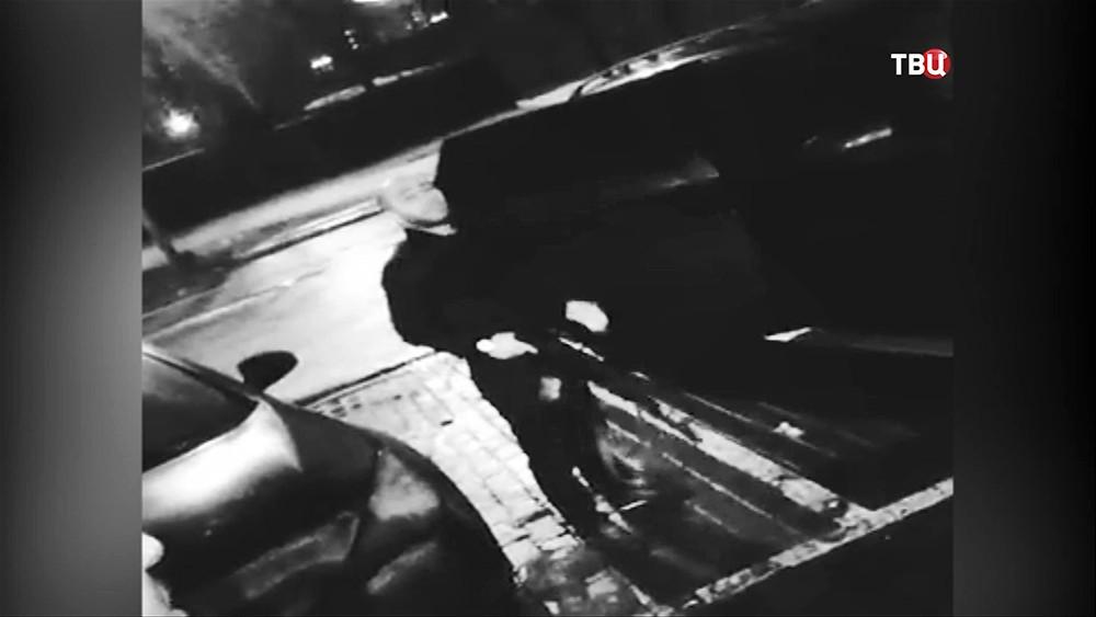Омар Омаров ведет стрельбу из автомата
