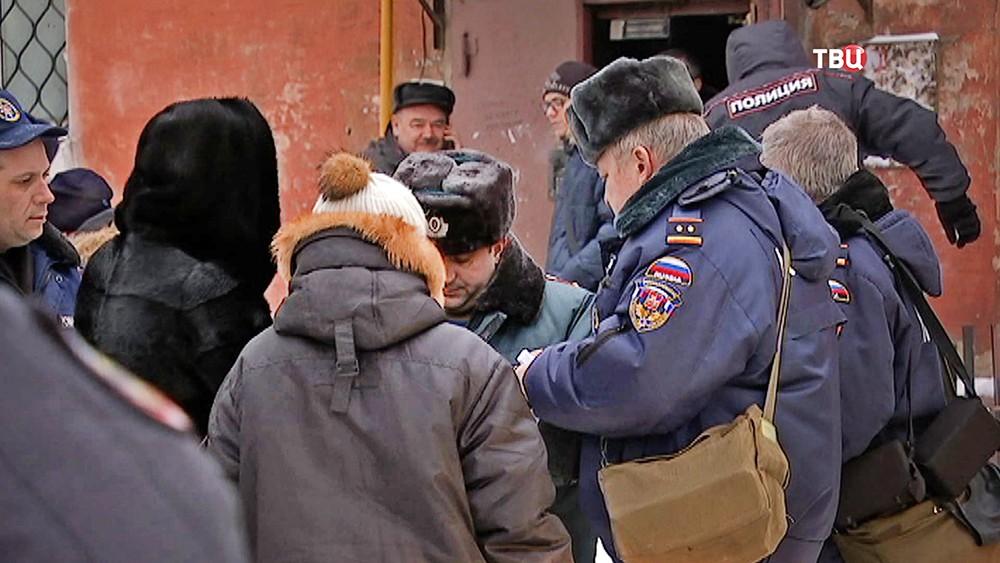 Полиция допрашивает свидетелей происшествия