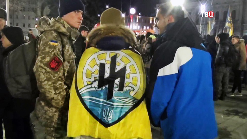 """Украинские радикалы и флагам батальона """"Азов"""""""