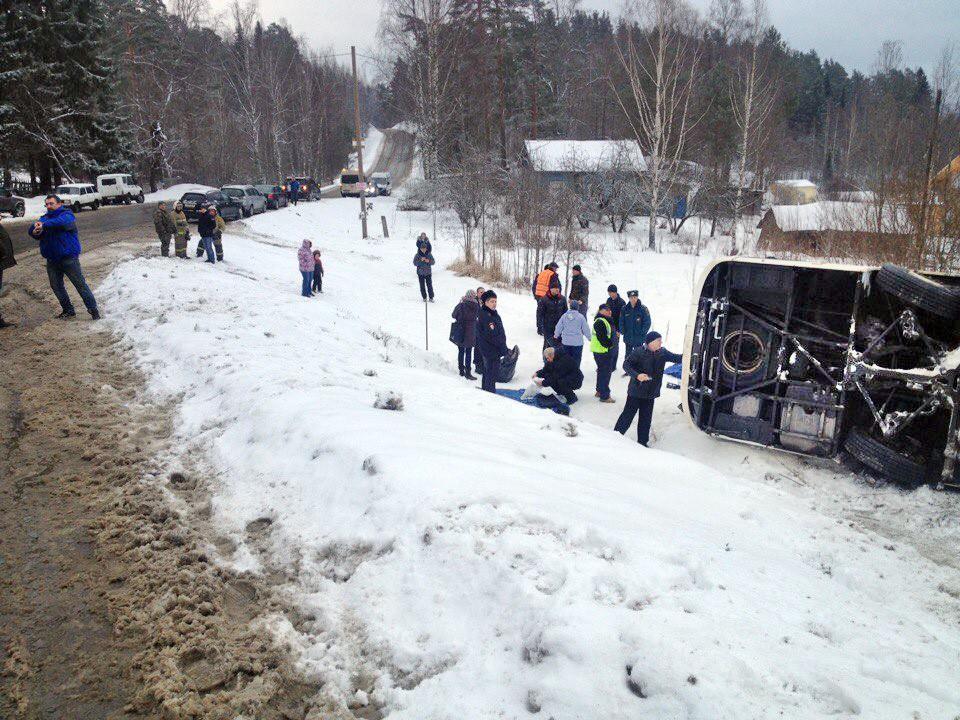 В Карелии перевернулся экскурсионный автобус, погиб один человек