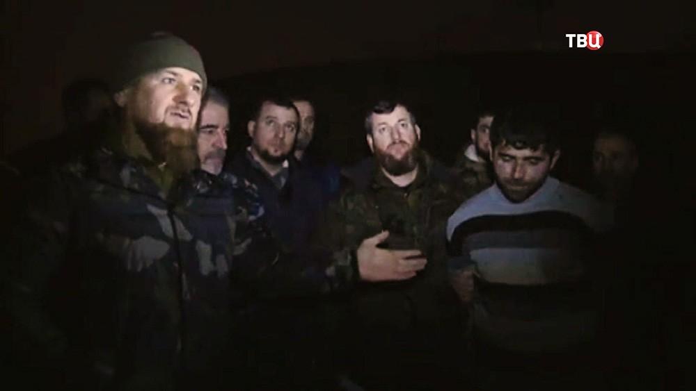 Рамзан Кадыров демонстрирует задержанного боевика