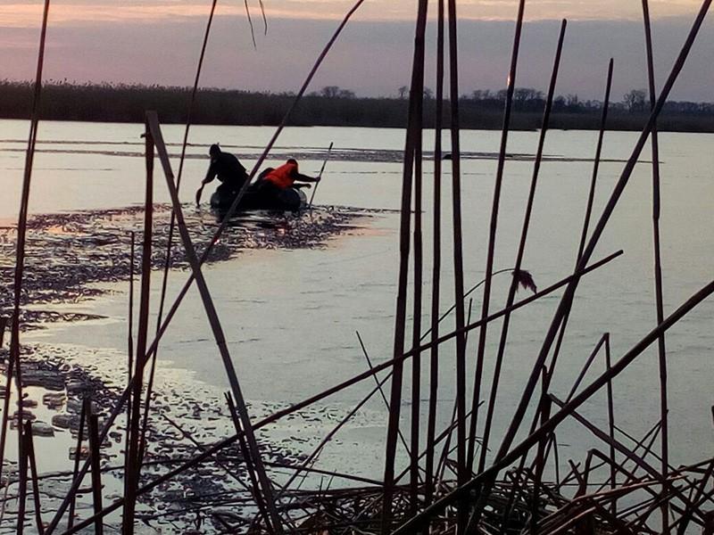 Спасатели во время поиска четырех детей, провалившихся под лед на реке Кирпили, в Краснодарском крае