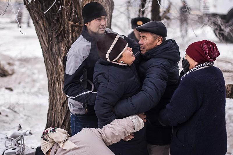 Местные жители на месте крушения грузового самолета компании MyCargo Airlines в Киргизии