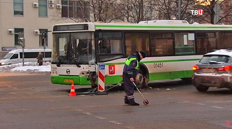 ДТП с участием автобуса и двух автомобилей в Москве