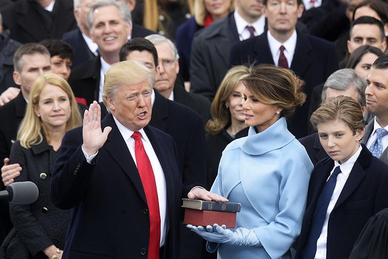 Президент США Дональд Трамп приносит присягу на церемонии инаугурации в Вашингтоне