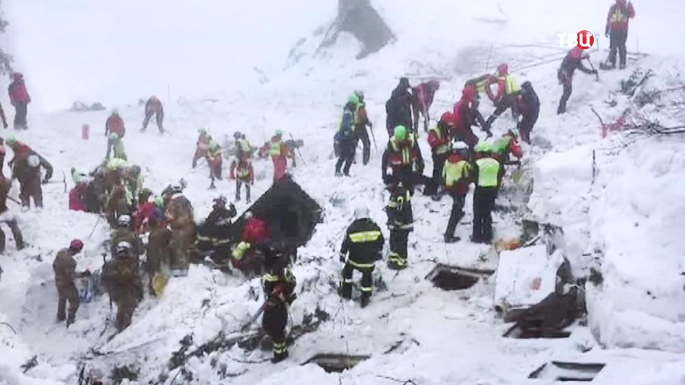 Спасатели на месте схода лавины на отель в Италии