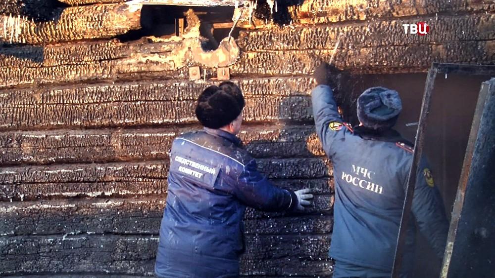 Сотрудники МЧС и следственного комитета изучают последствия пожара