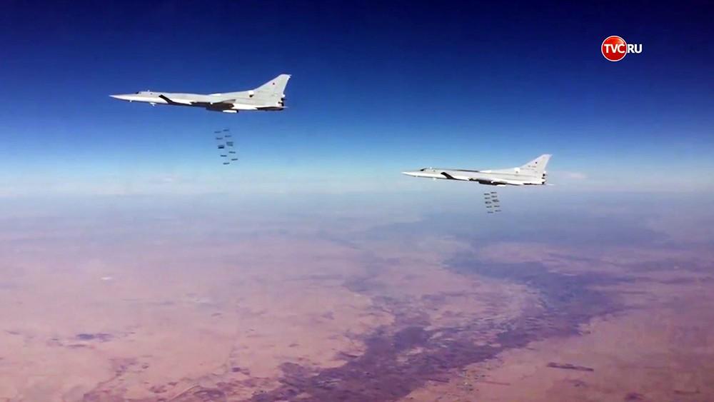 Бомбардировщики Ту-22 ВКС России наносят авиаудар по позициям ИГ в Сирии