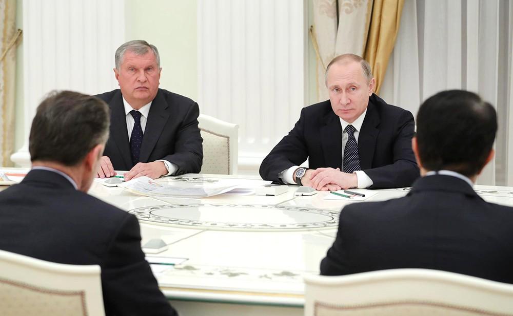 Владимир Путин и Игорь Сечин на встрече с представителями деловых кругов