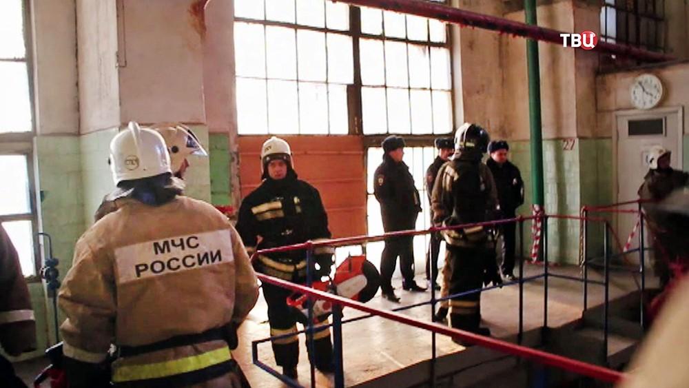 Сотрудники МЧС на месте происшествия