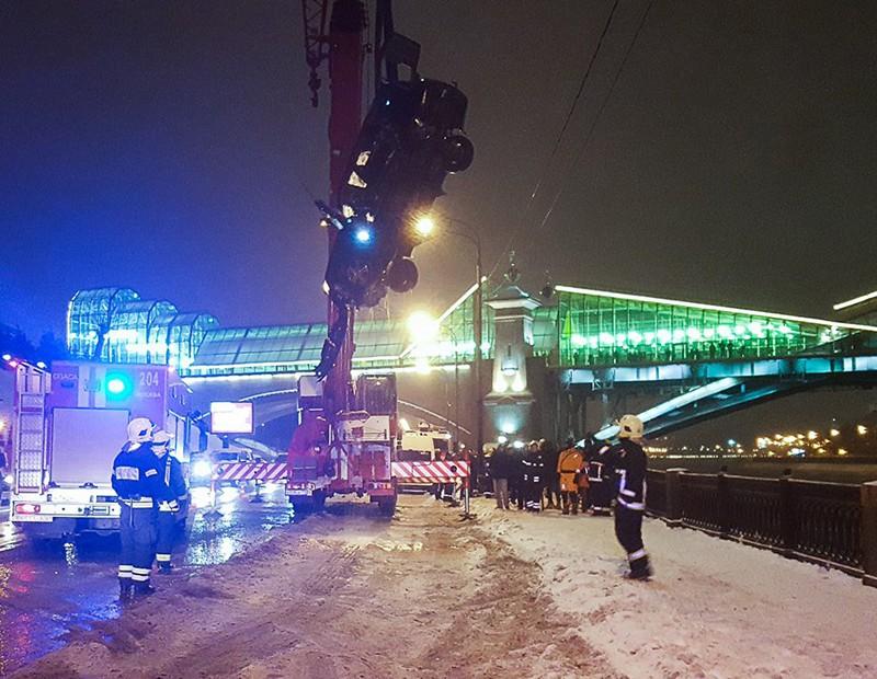 Работа сотрудников МЧС по извлечению скатившегося автомобиля в Москву-реку