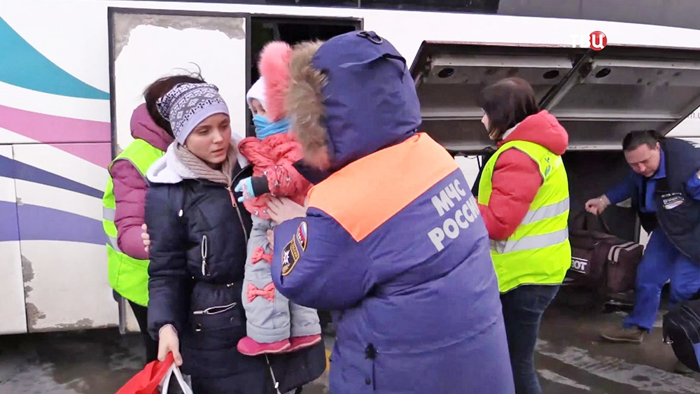 Сотрудники МЧС встречают детей из Донбасса прибывших на лечение