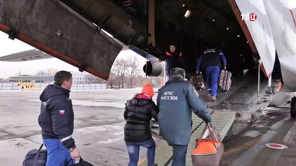 Спецборт МЧС доставил в Москву детей из Донбасса