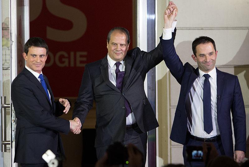 Кандидаты в президенты от cоциалистической партии Франции Мануэль Вальс (слева) и Бенуа Амон (справа)