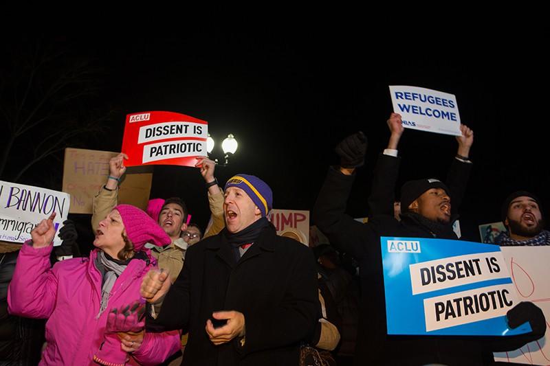 Участники митинга против указа президента США Дональда Трампа об эмигрантах в Вашингтоне