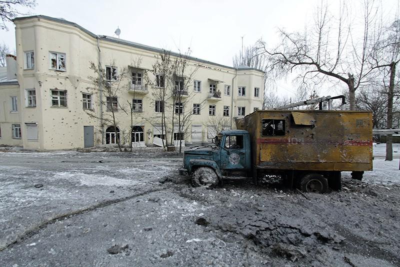 Автомобиль, пострадавший в результате обстрела Донецка