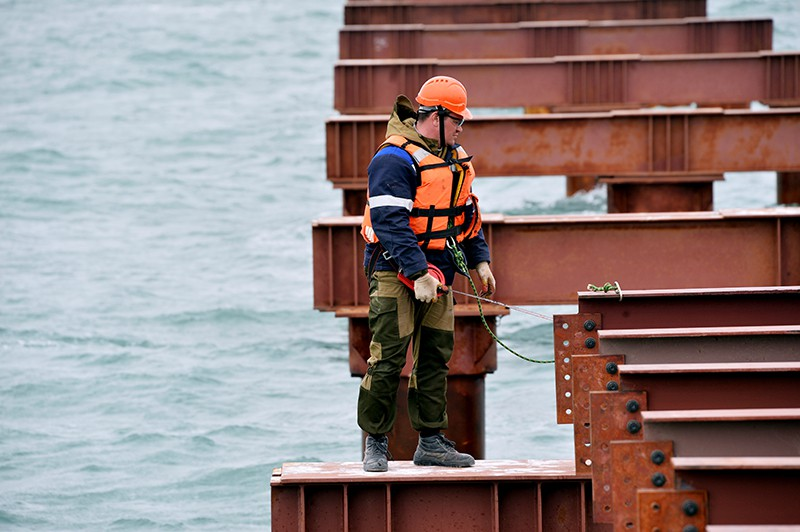 Рабочий во время строительства моста через Керченский пролив в Крыму