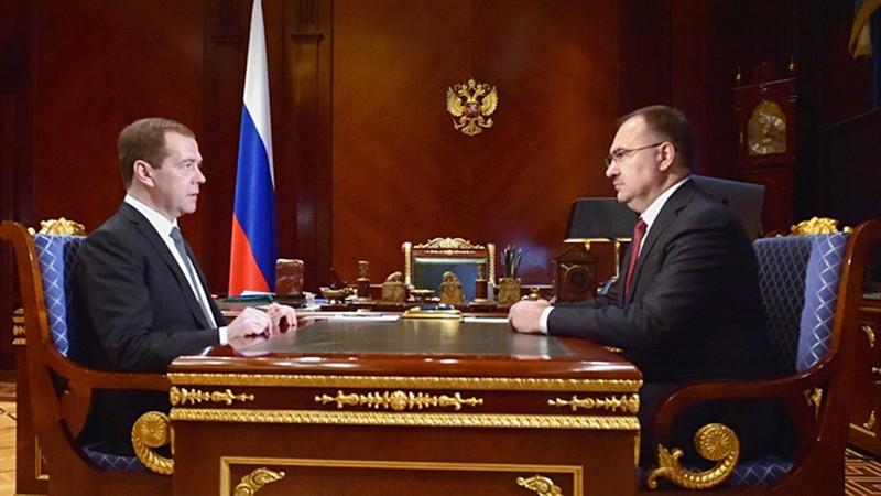 Председатель правительства России Дмитрий Медведев и председатель правления Пенсионного фонда Антон Дроздов