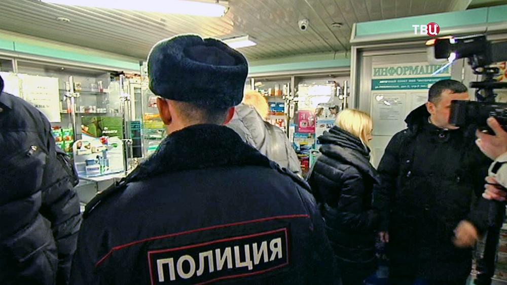 Полиция проводит проверку в аптеке