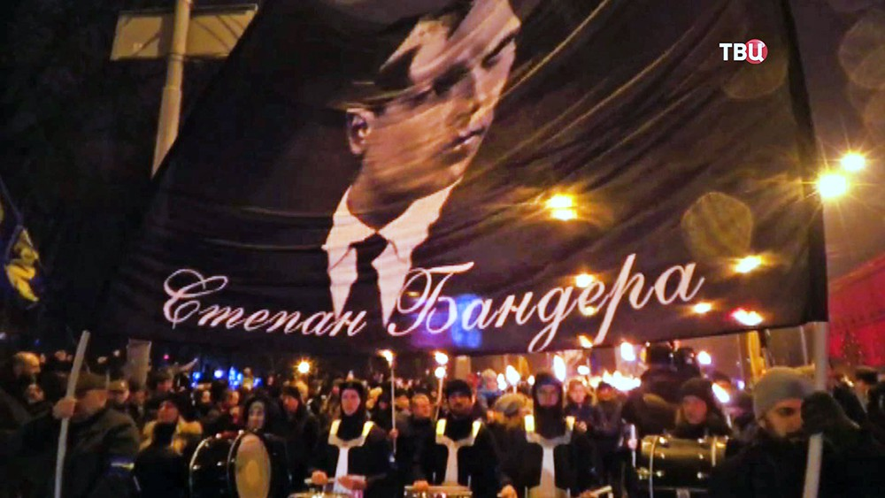 Украинские радикалы несут транспарант Степана Бандеры