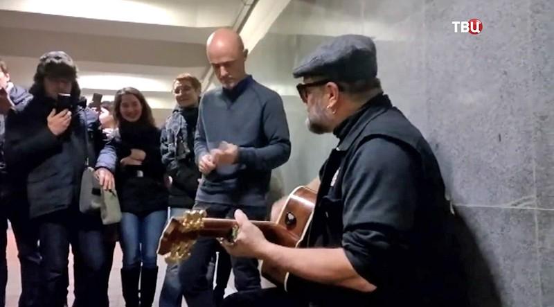 Борис Гребенщиков поет в метро