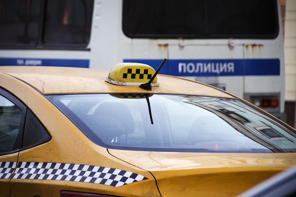Автомобиль такси и полиция