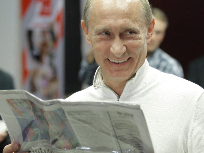 Владимир Путин с газетой