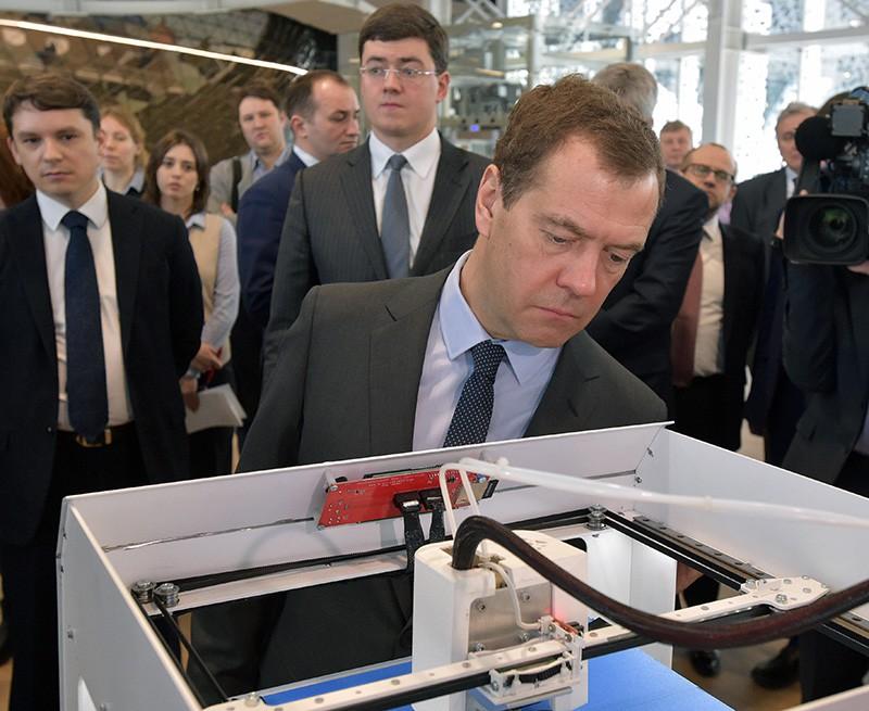 """Председатель правительства России Дмитрий Медведев во время осмотра инновационных разработок, в ходе посещения центра """"Сколково"""""""