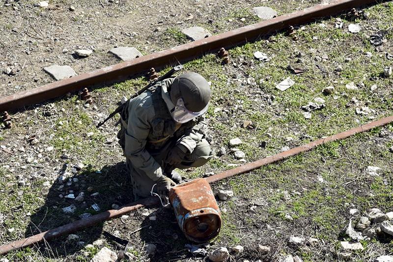 Российский военный инженер во время разминирования
