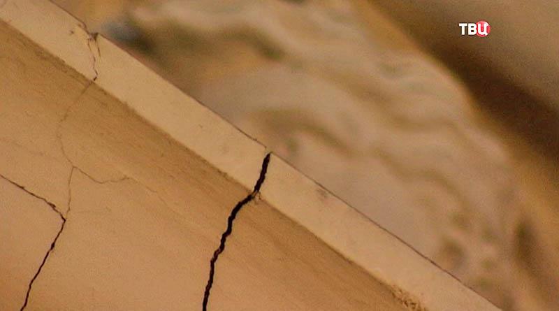 Трещина в здании Биржи