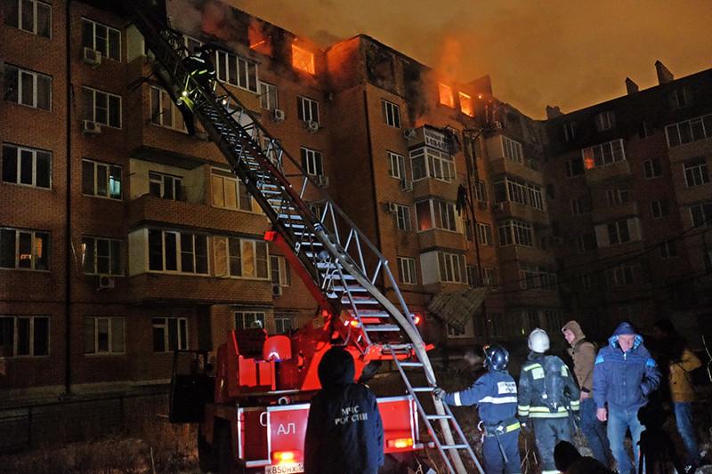 Сотрудники МЧС во врем тушения пожара в многоэтажном жилом доме в Краснодаре