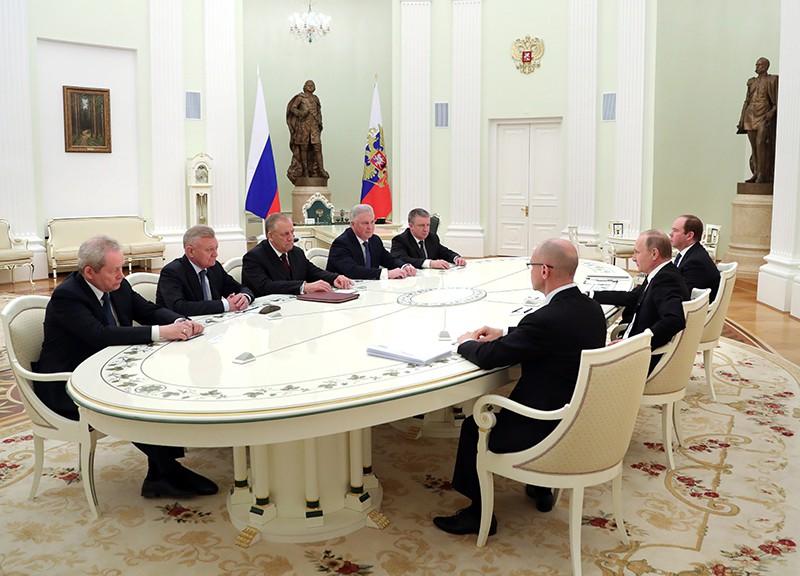 Владимир Путин во время встречи с ушедшими в отставку главами Бурятии, Карелии, Пермского края, Новгородской и Рязанской областей