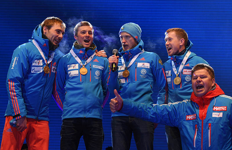 Спортсмены сборной России, завоевавшие золотые медали в эстафете среди мужчин на чемпионате мира по биатлону