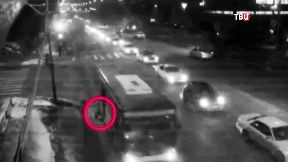 Камчатский автобус тащит женщину по дороге