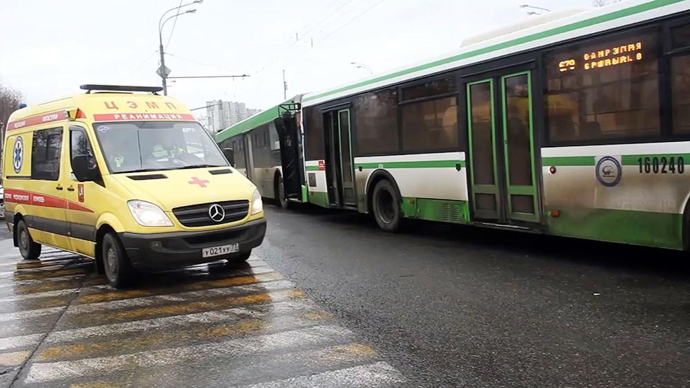 Скорая помощь на месте ДТП с участием автобусов