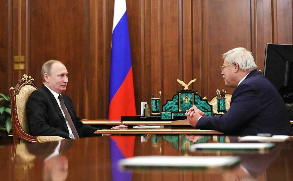 Президент России Владимир Путин и губернатор Томской области Сергей Жвачкин
