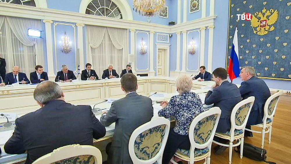 Председатель правительства России Дмитрий Медведев проводит совещание