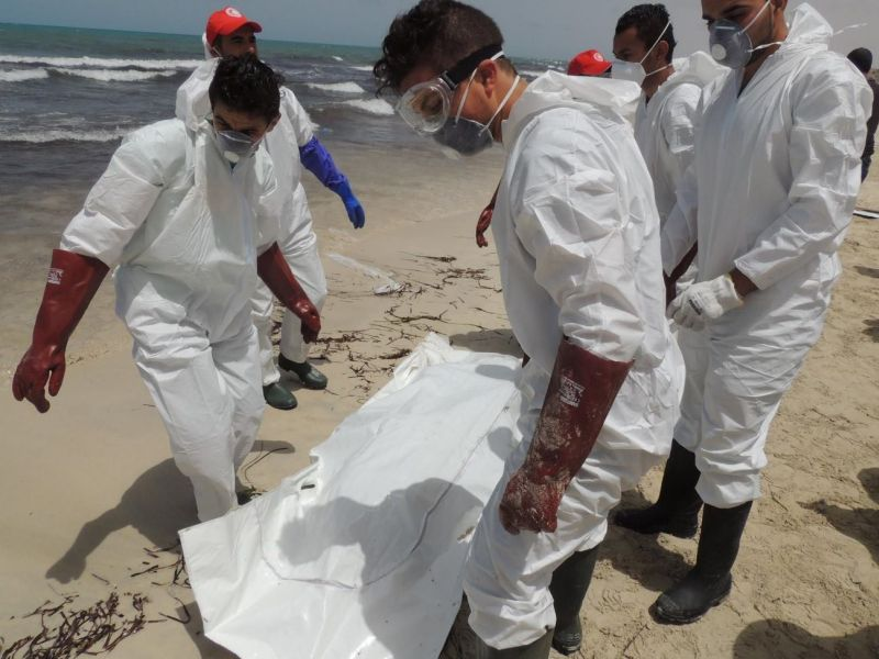 Тело мигранта на побережье Ливии