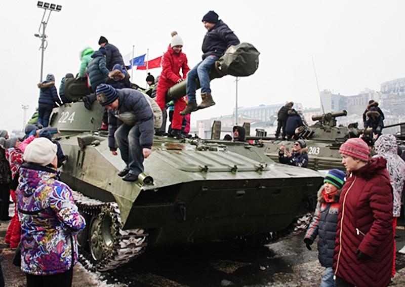 Дети осматривают военную технику
