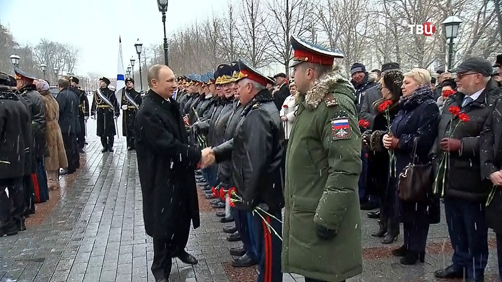 Президент России Владимир Путин перед церемонией возложения цветов в Александровском саду