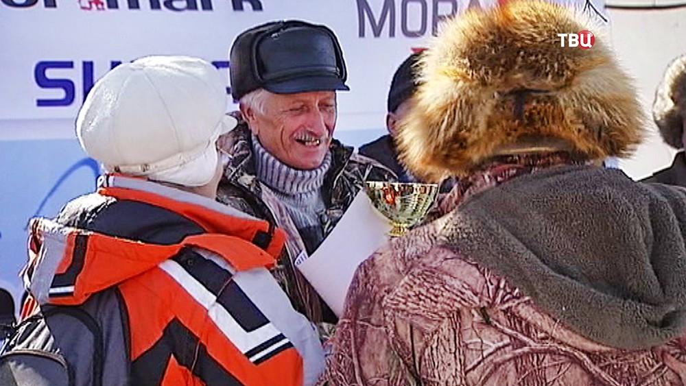 Награждение победившего в чемпионат по спортивной рыбалке