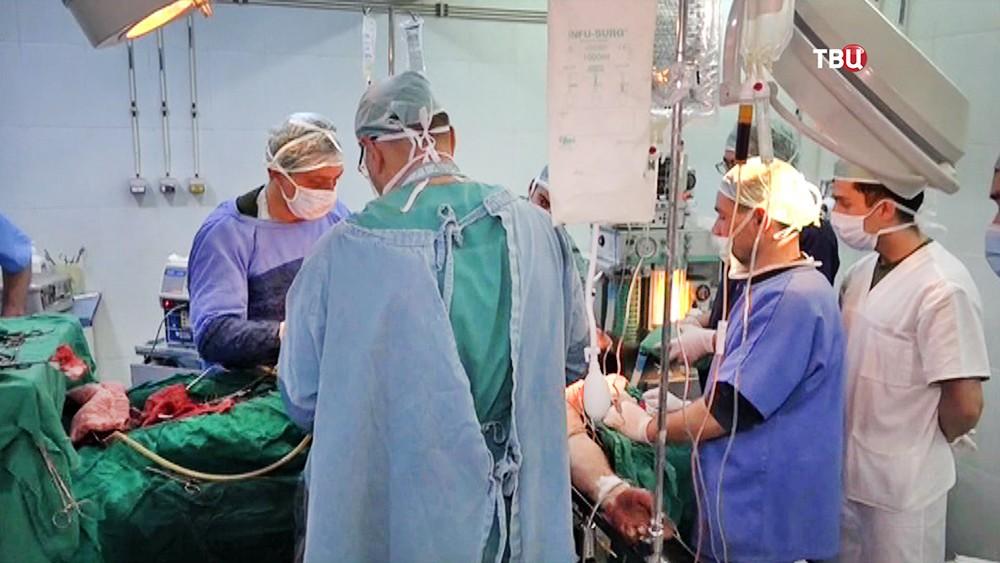 Российские военные хирурги проводят операцию в Сирии
