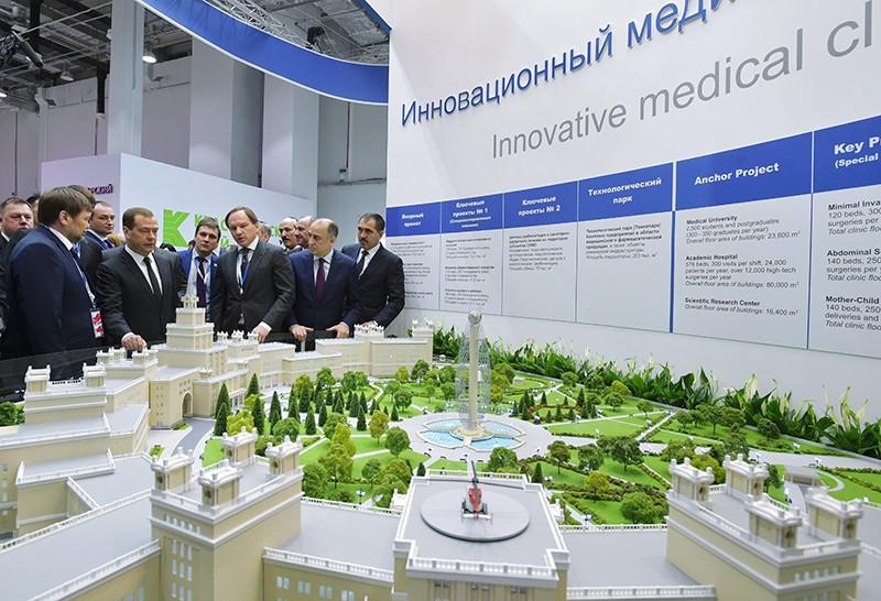 Председатель правительства России Дмитрий Медведев во время осмотра стендов на выставке Российского инвестиционного форума в Сочи